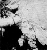 Ch. Duke podrobně zkoumá povrch obrovského balvanu na okraji kráteru North Ray