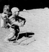 Young shrabuje malé kaménky na svahu kráteru North Ray