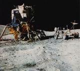Apollo 16 - měsíční modul Orion, vozidlo Rover a astronaut J.W.Young při první vycházce (foto na obálce L+K č.17/1972)