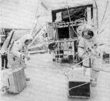 Posádka LM Apolla 16, Charles M. Duke (vlevo) a John W. Young, při nácviku vykládání ALSEPu