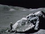Geolog Schmitt zkoumá obrovský balvan na Měsíci