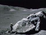 Geolog Schmitt zkoumá Měsíc (Apollo 17)