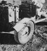 K opravě utrženého pravého zadního blatníku použili kosmonauti náhradních map a svorek na baterky
