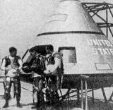 Model kabiny kosmické lodi Apollo pro tříčlennou posádku
