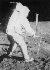 Vzpomínka na první měsíční výpravu - Edwin Aldrin při odběru trubkového vzorku
