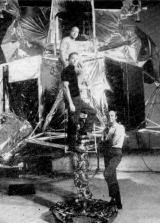 Posádka Apolla 14 u modelu měsíční sekce. Zdola nahoru: velitel expedice A. B. Shepard, S. A. Roosa (pilot velitelské sekce) a E. D. Mitchell (pilot měsíční sekce)