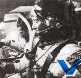V kabině Apollo se posádka s velitelem Schirrou seznamuje s řízením
