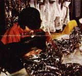 Švadleny sešívají díly kombinéz z aluminizovaného syntetického materiálu podle střihů z pevného plastiku