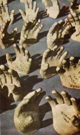 Sádrové odlitky obou rukou všech 55 astronautů vybraných pro projekt Apollo umožňují zhotovit s co největší přesností rukavice kombinéz