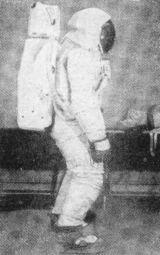 V kompletním skafandru (včetně kapuce) vypadá kosmonaut dosti neohrabaně.
