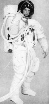 Přestože návrh na skafandr nepochází od Diora, je neméně slušivý. V souvislosti s článkem upozorňujeme především na dvoudílný zádový batoh, obalený látkou Beta a na kontrolní a ovládací panel na prsou kosmonauta.