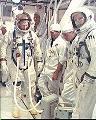 Armstrong a Scott v bílém pokoji před nástupem do lodi