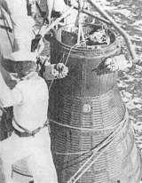 Vyzvedávání kabiny Mercury jeřábem na loď po přistání