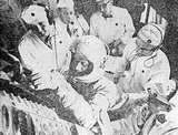 """Obtížný tělocvik: kosmonaut """"nastupuje"""" do kabiny."""