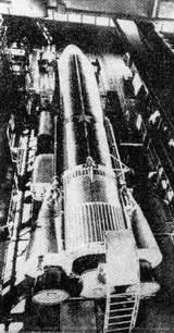 Nosná raketa typu Atlas v montážní hale