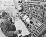 Charles Conrad u ovládacího panelu astronomického teleskopu (ATM) při posledních zkouškách v letovém simulátoru