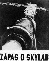 Pohled na Skylab z transportní kosmické lodě SL-2. Vpravo dole je vidět částečně vyklopený sluneční panel OWS č. 2
