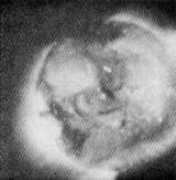 Snímek sluneční korony, který pořídila posádka Skylabu 28. května 1973 ve 3.36 UT dalekohledem S054. Doba expozice byla 64 sekundy, spektrální filtr 3 (propouští v oblasti 3-32 A a 43-53 A). Struktura korony a jasné body (asi malá aktivní centra) jsou dobře patrné.