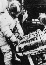 Pilot druhé osádky Skylabu Jack Lousma nacvičuje (před startem) instalaci náhradních gyroskopů stabilizačního systému družicové laboratoře