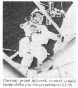 Garriott právě dokončil montáž lapačů kosmického prachu (experiment S149)