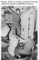 Pogue, držící se stropu, pomáhá Carrovi vyhazovat pytle s odpadky do jímky