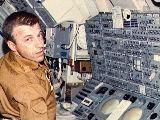 Weitz u jednoho z ovl�dac�ch panel� na Skylabu (SL-2)