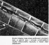 Brzdicí klapka nese stopy poškození úlomkem ledu a patrné jsou i proudy zuhelnatělých zbytků silikonového kaučuku z mezer mezi dlaždicemi