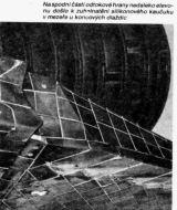 Na spodní části odtokové hrany nedaleko elevonu došlo k zuhelnatění silikonového kaučuku v mezeře u koncových dlaždic