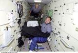 Lončakov a Phillips v modulu Zarja (23.04.2001)