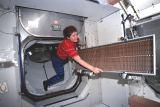 Helms[ová] přenáší do ISS běžící pás pro cvičení (25.05.2000)