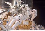 Smith a Grunsfeld při EVA-3 (24.12.1999)