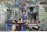 Usačev v modulu Zvezda kontroluje zásoby potravin (16.07.2001)