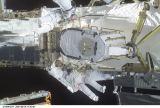 Kosmonauti při EVA-1 montují EAS na ITS-P6 (16.08.2001)