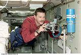 Altman instaluje kameru do modulu Zvezda (14.09.2000)