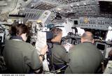 Práce v kokpitu raketoplánu před příletem k ISS (07.12.2001)