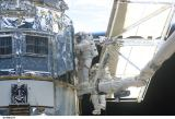 Grunsfeld a Linnehan při EVA-1 (04.03.2002)