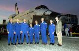 Administrátor NASA O'Keefe a posádka STS-109 po přistání (12.03.2002)