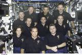 Společná fotografie obou posádek na ISS (14.04.2002)