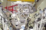 Ukládání konstrukce MBS do nákladového prostoru raketoplánu (16.04.2002)
