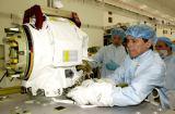 Chang-Diaz při předstartovní přípravě náhradního kloubu SSRMS (23.04.2002)