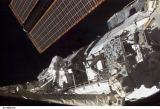 Wolf při EVA-1 pracuje na ITS-S1 (10.10.2002)