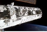 Lopez-Alegria a Herrington při EVA-2 (28.11.2002)
