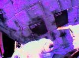 Robinson vytahuje druhou ucpávku TPS (03.08.2005) [NASA TV]