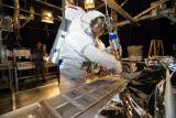 Pozemní testování možností opravy tepelné ochrany raketoplánu na oběžné dráze