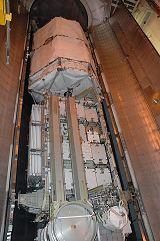 Příprava ITS-P3/P4 pro umístění do nákladového prostoru raketoplánu Atlantis STS-115 (srpen 2006)