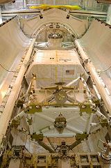 Pohled do nákladového prostoru Discovery STS-116 před startem (listopad 2006)
