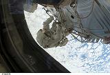 Záběr z výstupu do kosmu EVA-4 (18.08.2007)