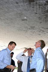 Manažeři NASA si prohlížejí poškozené destičky tepelné ochrany raketoplánu po přistání (21.08.2007)