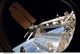 Acaba při výstupu EVA-3 [v pozadí nové solární panely na S6] (23.03.2009)