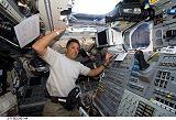 Acaba v zadní části letové paluby raketoplánu Discovery STS-119 (16.03.2009)